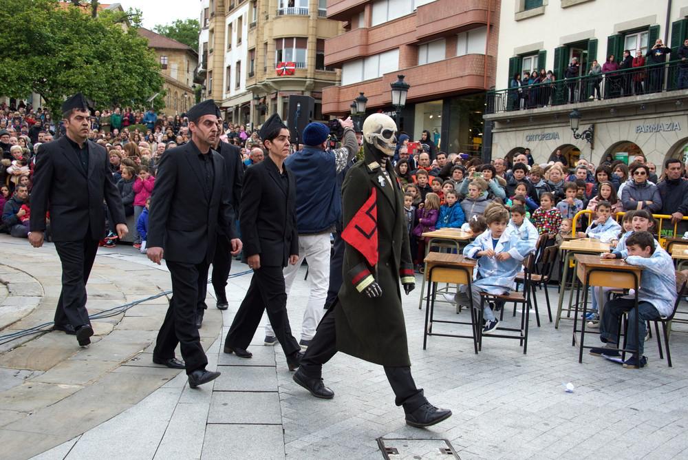 Straßentheater, hier eine Szene während der Besetzung der Stadt durch Franquisten.