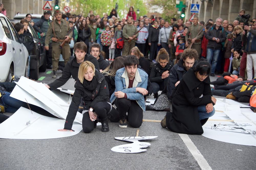 Straßentheater mit einer Szene von Gernika nach der Besetzung durch Franquisten