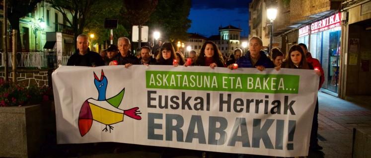 """Kerzen-Prozession durch die Stadt, auf dem Transparent: """"Für Frieden und Freiheit des Baskenlandes"""" (Foto: Gabriele Senft)"""