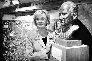 Liz Mohn mit Büste ihres verstorbenen Mannes Reinhard Mohn im Gütersloher Stadtmuseum
