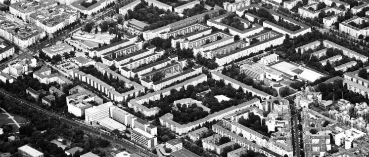 Wohnstadt Carl Legien in Berlin. Im Juli 2008 wurde die Wohnstadt als eine von sechs Siedlungen der Berliner Moderne in die UNESCO-Liste des Weltkulturerbes aufgenommen. Großsiedlungen geraten ins Visier der immer größer werdenden Immobilienkonzerne (Foto: Deutsche Wohnen 2015)