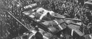 Inmitten einer aufgebrachten Menge steckten diese Panzer des Warschauer Pakts in Prag fest – aber auch die imperialistische Strategie war festgefahren.