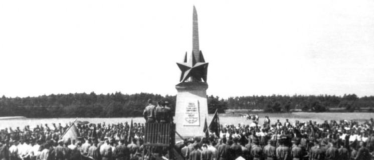 Feier zur Einweihung des Denkmals am 2. Mai 1945 (Foto: UZ-Archiv)