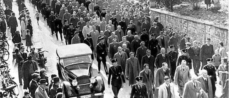 """Nach dem Novemberpogrom werden Juden zur """"Schutzhaft""""! ins KZ verschleppt, Baden-Baden, November 1938 (Foto: Bundesarchiv, Bild 183-86686-0008 / CC-BY-SA 3.0)"""