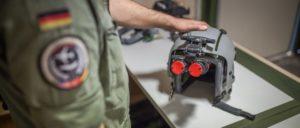 Wer bekommt die Informationen? Bundeswehrsoldat zeigt das Nachtsichtgerät für die deutschen Tornado-Piloten in Incirlik. (Foto: Bundeswehr/Falk Bärwald)