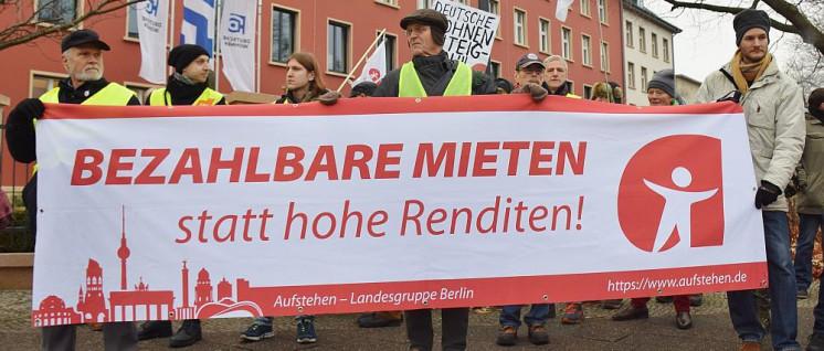 """""""Aufstehen"""" in Aktion gegen """"Deutsche Wohnen"""" in Berlin (Foto: Uwe Hiksch/flickr.com/CC BY-NC-SA 2.0)"""