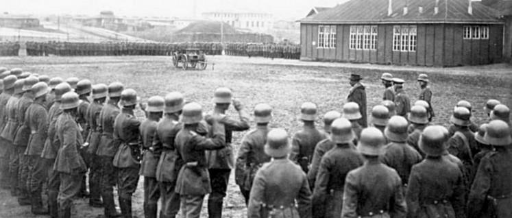 """Januar 1919: Noske besichtigt das konterrevolutionäre Freikorps Hülsen, einen Teil der """"Abteilung Lüttwitz"""", zu der auch das """"Freiwilligen Landesjägerkorpfs"""", die 17. und 31. Infanterie-Division und das Landesschützenkorps gehören. (Foto: Bundesarchiv)"""