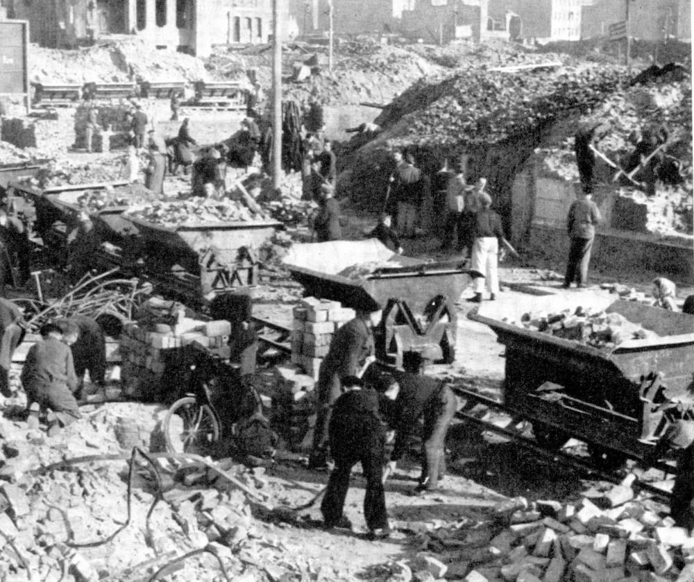 Nicht nur diese Trümmer mussten beseitigt werden …