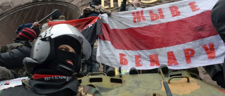 """Arbeitsfrage für den """"taz""""-Workshop: Freiheitskämpfer oder Faschist? Angehörige des paramilitärischen """"Rechten Sektors"""" vor einer Flagge der weißrussischen Opposition auf dem """"Euromaidan"""" in Kiew (22.Februar 2014). (Foto: [url=https://en.wikipedia.org/wiki/2014_Ukrainian_revolution#/media/File:Pravyi_Sektor_(Right_Sector)_activists._Euromaidan,_Kyiv,_Ukraine._Events_of_February_22,_2014.jpg]Mstyslav Chernov/Unframe/http://www.unframe.com/[/url])"""