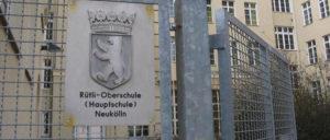 "Auch die ""berühmt-berüchtigte"" Rütli-Schule in Berlin-Neukölln soll an HOWOGE gehen. (Foto: [url=https://de.wikipedia.org/wiki/Gemeinschaftsschule_auf_dem_Campus_R%C3%BCtli#/media/File:Ruetli1_Schule_Neukoelln.JPG]Lienhard Schulz[/url])"