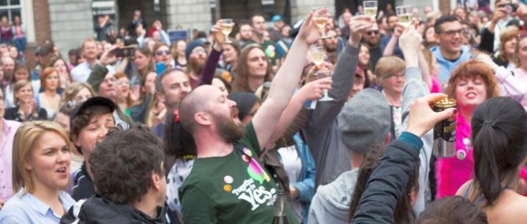 In Irland feiern Frauen und Männer die Abschaffung des verhassten Verfassungszusatzes. Hier bei der Verkündung des Wahlergebnisses vor Dublin Castle. (Foto: [url=https://commons.wikimedia.org/wiki/File:REPEAL_YES05.jpg]Katenolan1979[/url])