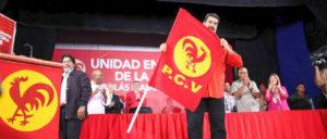 Präsident Maduro nach der Unterzeichnung des Abkommens mit der Fahne der PCV.