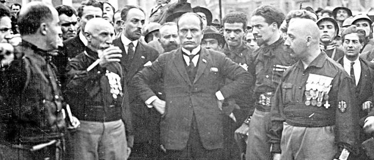 Benito Mussolini (in der Mitte) mit Kumpanen während des Marschs auf Rom am 22. Oktober 1922 (Foto: unbekannt/public domain)