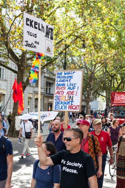 """Demonstration im Rahmen der Aktionen des Bündnisses """"Aufstehen gegen Rassismus"""" am 3. September in Berlin."""