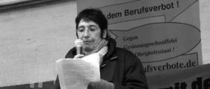 Silvia Gingold spricht 2007 auf einer Demonstration gegen das Berufsverbot für Michael Csaszkóczy – seitdem überwacht sie der Verfassungsschutz wieder.  (Foto: autonomes-zentrum.org)
