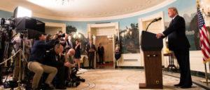 """Präsident Donald J. Trump verkündet """"das koordinierte Vorgehen der Streitkräfte der Vereinigten Staaten, Frankreichs und des Vereinigten Königreichs gegen das syrische Regime von Bashar al-Assad als Antwort auf den jüngsten chemischen Angriff"""". (Foto: The White House)"""
