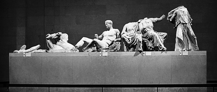 Marmorelement des Parthenon-Fries (Foto: Scott Gosnell/wikimedia.org/public domain/File:Parthenon pediment statues.jpg)