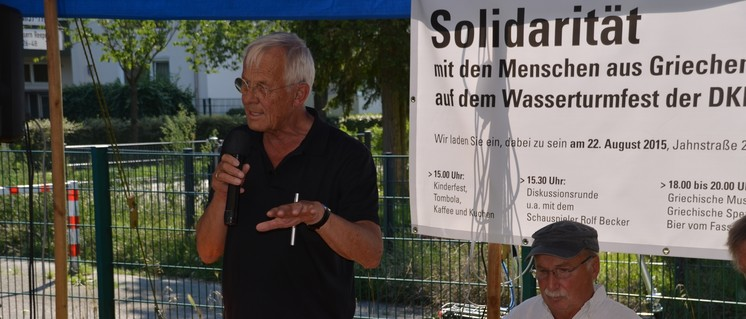 Rolf Becker verwies auf historische und aktuelle Entwicklungen in Griechenland, um den solidarischen Widerstand auch im Interesse aller Völker Europas zu fordern. (Foto: DKP Elmshorn)