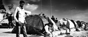 """Hotspot Moria, Lesbos: Mit Stacheldraht umzäunt, Polizisten stehen Wache, berichete """"Pro Asyl"""" im November – """"ein Ort der Schande"""", sagte ein Mitarbeiter. (Foto: Martin Leveneur/flickr.com/CC BY-SA 2.0)"""