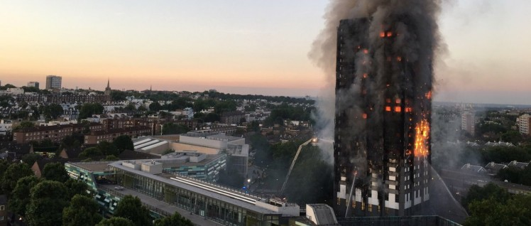 Das Feuer im Grenfell Tower breitete sich rasend schnell über die Außenfassade über das ganze Hochhaus aus. (Foto: [url=https://en.wikipedia.org/wiki/File:Grenfell_Tower_fire_(wider_view).jpg]Natalie Oxford[/url])
