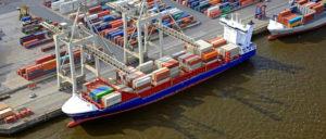 Warenumschlag im Hamburger Hafen (Foto: HHM Lindner//www.hafen-hamburg.de)
