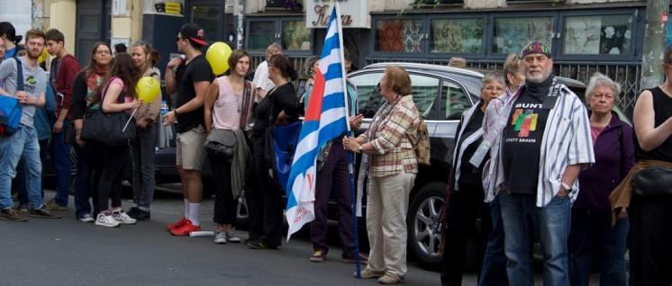 """""""Hand in Hand gegen Rassismus"""" standen am Sonntag auch in Berlin viele Menschen … (Foto: Gabriele Senft)"""