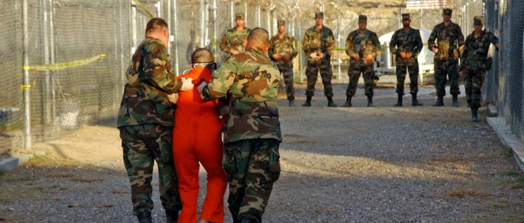 Vorführung eines Gefangenen in Guantanamo (Foto: public domain)