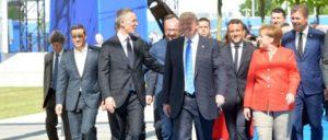 Auch beim Gipfeltreffen der NATO in Brüssel (Trump zwischen Frau Merkel und Generalsekretär Stoltenberg) waren die Europäer unzufrieden, weil der US-Präsident die gegenseitige Beistandsverpflichtung, die Kriegsklausel, nicht erwähnt habe.  (Foto: NATO)