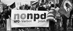 Kämpfen seit Jahren für das Verbot der NPD: Gegendemonstranten gegen einen Nazikundgebung im Juli 2007, Frankfurt am Main. (Foto: Alex Kraus)