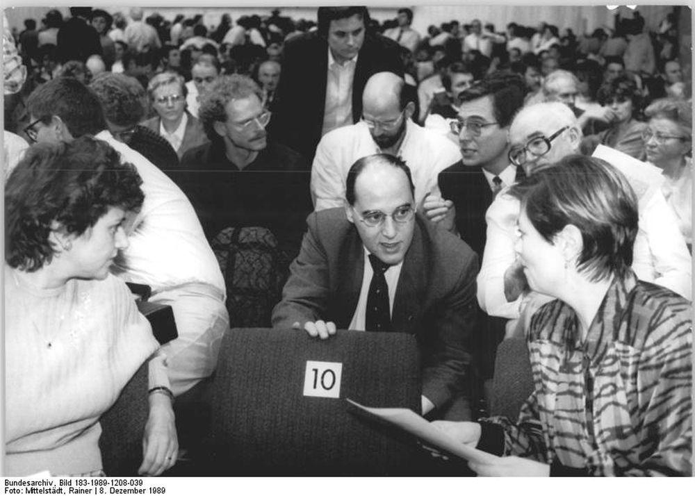 Beerdigung 2: Gregor Gysi warb auf dem Sonderparteitag der SED am 8. Dezember 1989 für sozialdemokratische Positionen.