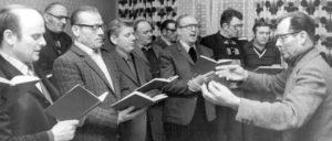 """Adornos bürgerlicher Kulturpessimismus drückte sich unter anderem in der Bewertung der Chorwerke Hanns Eislers aus, die eine """"fragwürdige Mischung aus Abfällen innerbürgerlich überholter Stilformen"""" von Männerchor bis """"neuer"""" Musik seien. (Foto: Bundesarchiv, Bild 183-T0130-0016)"""