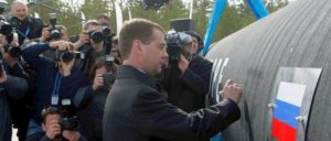 Baubeginn der Pipeline im Jahr 2010. Die beteiligten Unternehmen sind heute im Visier der US-Regierung. (Foto: [url=https://de.wikipedia.org/wiki/Nord_Stream#/media/File:Dmitriy_Medvedev_Nord_Stream_9_April_2010.jpeg]Kremlin.ru[/url])