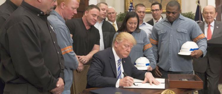 Medienwirksame Unterzeichnung des Zoll-Dekrets unter Anwesenheit von Stahlarbeitern. (Foto: Official White House Photo by Joyce N. Boghosian)