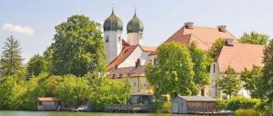 Hier geht die CSU in Klausur: Kloster Seeon im Landkreis Traunstein (Foto: [url=https://de.m.wikipedia.org/wiki/Datei:Kloster_Seeon_Seeseite_von_Westen.jpg]Guido Radig[/url])
