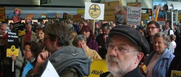 Unerwünschter Widerstand gegen den Flughafenausbau in Frankfurt, jeden Montag. Von Anfang an ist die DKP dabei. Im Bild Gerd Schulmeyer, Fraktionsvorsitzender der DKP/LL in Mörfelden-Walldorf. (Foto: Dietmar Treber)
