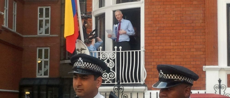 Als Asyl noch Schutz bedeutete: Am 19. August 2012 spricht Julian Assange vom Balkon der ecuadorianischen Botschaft in London. (Foto: [url=https://commons.wikimedia.org/wiki/File:Assange_speech_at_Ecuador_embassy.jpg?uselang=de]wl dreamer[/url])