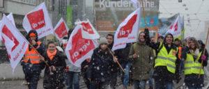 Darmstadt, am 22. März: Im Schneetreiben gingen Kolleginnen und Kollegen der Telekom für ihre Forderungen auf die Straße (Foto: ver.di - Fototeam Südhessen)