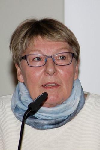 Ulrike Schmitz war 20 Jahre Mitglied des Betriebsrates bei VW Braunschweig und langjährige Vorsitzende der DKP-Betriebsgruppe VW Braunschweig und Wolfsburg.