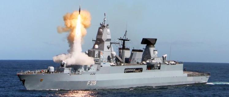 """Die Fregatte """"Augsburg F213"""" steht bereit für die Verteidigung deutscher Interessen in der Straße von Hormus (Foto: Foto: Bundeswehr/Torsten Kraatz)"""