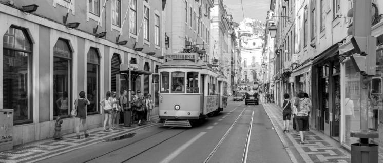 Das Verkehrsunternehmen Companhia Carris de Ferro de Lisboa, kurz Carris, betreibt die Straßenbahn der portugiesischen Hauptstadt. Die Gesellschaft befindet sich seit der Nelkenrevolution von 1974 im Besitz der Stadt. (Foto: Diego Delso/common.wikimedia.org/CC BY-SA 3.0)