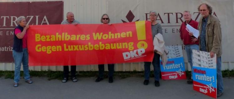 Vor dem Werkstor der Industriebrache forderte die DKP Gerresheim Wohnungsbau außerhalb der Profit-Spirale. (Foto: Bettina Ohnesorge)