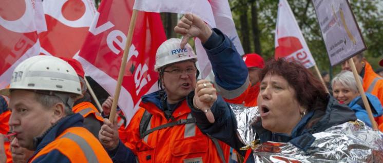Gewerkschafter demonstrieren gegen den Rodungsstop im Hambacher Forst. (Foto: Hubert Perschke/r-mediabase)