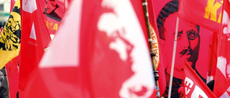 Tot und lebendig: Bilder von Luxemburg und Liebknecht auf Fahnen und Transparenten in einem Demo-Block der DKP (Foto: r-mediabase.eu)
