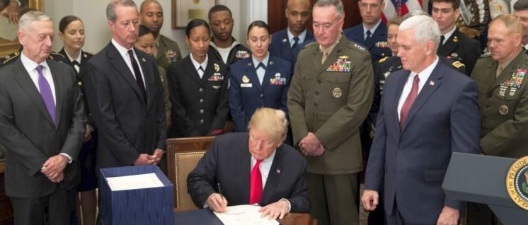 Dick wie mehrere Telefonbücher– der Verteidigungshaushalt für 2018 (Foto: Official White House Photo by Stephanie Chasez)