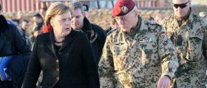 Angela Merkel bei der Truppeninspektion in Afghanistan im Dezember 2010, neben ihr Generalmajor Hans-Werner Fritz (Foto: ISAF Headquarters Public Affairs Office)