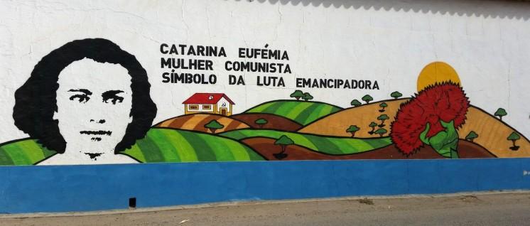 Ein beeindruckendes Wandbild erinnert an die Kommunistin Catarina Eufémia. (Foto: Uli Brockmeyer)