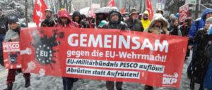 """Mit """"EU-Militärbündnis PESCO auflösen!"""", """"Nein zur NATO!"""" und """"Nein zu 2%!""""- deutscher Rüstungsetat setzte die DKP Akzente auf der Siko. (Foto: Christoph Hentschel)"""