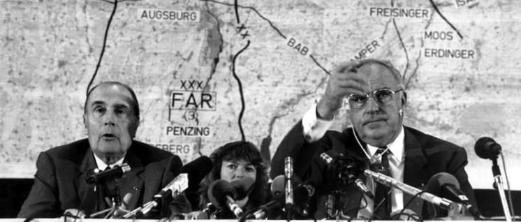 Am 24.9. 1987 nahmen Bundeskanzler Helmut Kohl und der französische Staatspräsident Francois Mitterrand an der deutsch-französischen Heeresübung Kecker Spatz teil. Hier: Mitterrand und Kohl bei einer Pressekonferenz auf dem Luftwaffenstützpunkt Manching. (Foto: Bundesarchiv, B 145 Bild-F076314–0006/Engelbert Reineke/CC-BY-SA 3.0)
