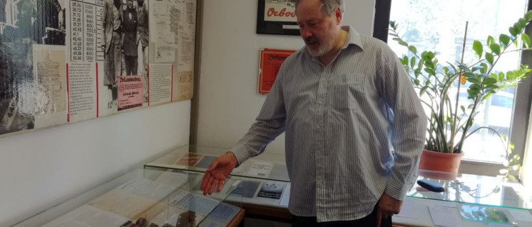Thomas Mayer vom Kuratorium führt durch die Ausstellung (Foto: Christoph Hentschel)