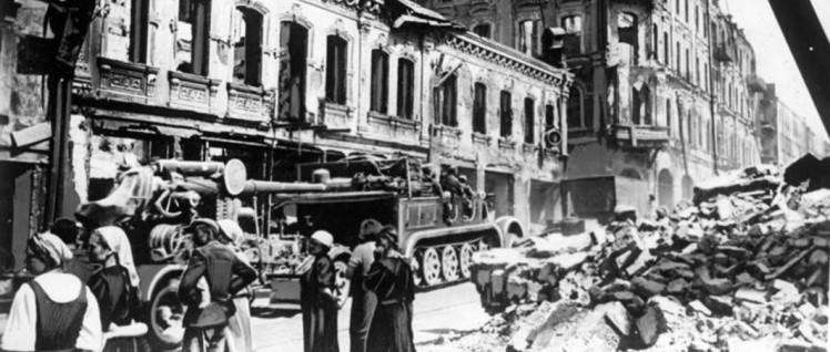 Die Ruinen von Minsk, Juli 1941. Die faschistischen Okkupanten zerstörten in der Sowjetunion über tausend Städte und 70 000 Dörfe – letztere oft, weil die Bewohner die Partisanen unterstützten. (Foto: Foto: Bundesarchiv, Bild 101I-137-1009-17 / Cusian, Albert / CC-BY-SA 3.0)